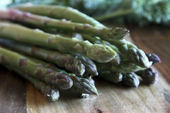 Asparagus na drewnianym bloku Fotografia Stock