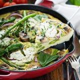 Asparagus, pieczarki i koźliego sera frittata, fotografia royalty free