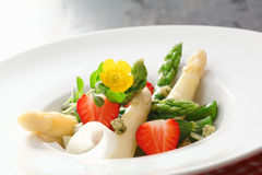 Asparagus and strawberry salad Royalty Free Stock Images