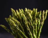 Asparagus sztuki zielonego weganinu makro- zmrok fotografia royalty free