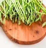 Asparagus, wiązka świeży asparagus na drewnianej tnącej desce obrazy royalty free