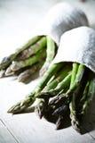 asparagus wiązkami rozważającymi był końcówka świeża target2481_0_ warzywa Fotografia Royalty Free