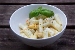 Asparagus z opatrunkiem w pucharze Zdjęcie Stock