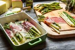 Asparagus zawijający w Parma baleronie z serem zdjęcie stock