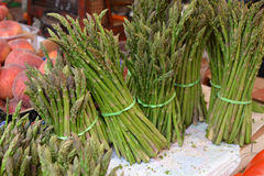 Asparaguses bunches in the market Royalty Free Stock Images