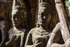 Asparas和devatas,在麻疯病患者国王里面,向雕刻吴哥窟扔石头 免版税库存照片