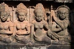 Asparas e devatas, cinzeladura de pedra de Angkor Wat Imagem de Stock