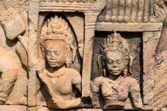 Asparas e devatas, cinzeladura de pedra de Angkor Wat Fotografia de Stock