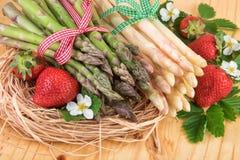 Aspargo branco verde com morangos maduras Imagem de Stock Royalty Free