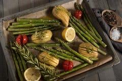 Aspargo com ingredientes em uma folha de cozimento Foto de Stock