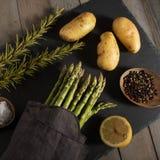 Aspargo e ingredientes em uma placa da ardósia Imagens de Stock Royalty Free
