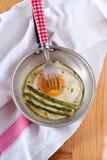 Aspargo e ovos orgânicos em uma frigideira Fotografia de Stock Royalty Free