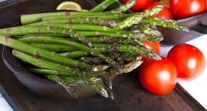 Aspargo e tomates verdes frescos Fotografia de Stock Royalty Free