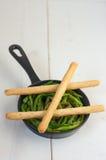 Aspargo em uma bandeja com varas de pão Imagem de Stock