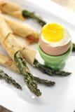 Alimento: Aspargo envolvido na pastelaria de sopro fina com o ovo fervido delicado foto de stock