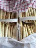Aspargo fresco em uma cesta Imagens de Stock
