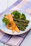 Aspargo fritado com brócolis e limão e cenoura Fotografia de Stock