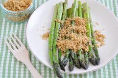 Aspargo verde com côdeas de pão ralado imagens de stock