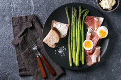 Aspargo verde cozinhado com ovo imagens de stock royalty free