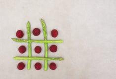 Aspargo verde e fundo bege dos raspberies vermelhos foto de stock royalty free