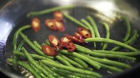 Aspargo verde e pimento fritados e salgados video estoque