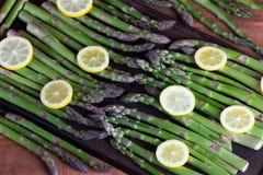 Aspargo verde fresco com limão Foto de Stock