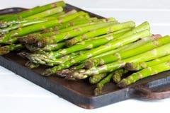 Aspargo verde fresco na placa do ferro fundido Imagem de Stock