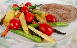 Aspargus, patata, tomate, zanahorias y cena de la carne foto de archivo