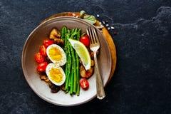 Aspargus y huevo en la placa Foto de archivo