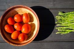 Aspargus y tomates Fotografía de archivo