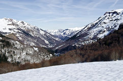 Aspe dal som ses i vinter från det Somport passerandet i Pyrenees royaltyfri foto