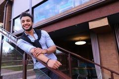 Aspect arabe masculin bel de sourire de jeunes se penchant sur le sein ha Photo stock