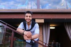 Aspect arabe masculin bel de sourire de jeunes se penchant sur le sein ha Images stock