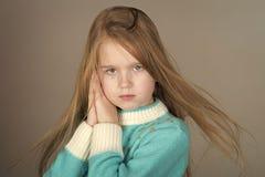 Aspect européen Vieux petite fille observée par bleu de cinq ans adorable Photo libre de droits