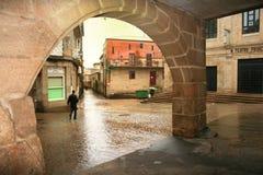 Aspecto da intimidade das ruas e dos arcos estreitos em Pontevedra, Espanha foto de stock royalty free