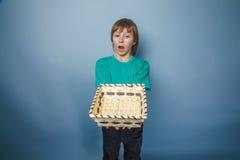 Aspecto europeo del adolescente del muchacho en camiseta verde Fotos de archivo libres de regalías