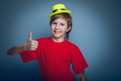 Aspecto europeo del adolescente del muchacho en el sombrero amarillo Fotos de archivo libres de regalías