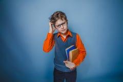 Aspecto europeo del adolescente del muchacho en ropa retra Foto de archivo libre de regalías
