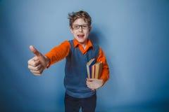 Aspecto europeo del adolescente del muchacho en ropa retra Fotografía de archivo