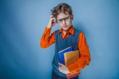 Aspecto europeo del adolescente del muchacho en ropa retra Foto de archivo
