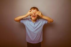 Aspecto europeo del adolescente del muchacho en una camisa azul Imagenes de archivo