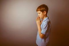 Aspecto europeo del adolescente del muchacho en una camisa azul Imágenes de archivo libres de regalías