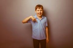 Aspecto europeo del adolescente del muchacho en una camisa azul Fotografía de archivo