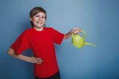 Aspecto europeo del adolescente del muchacho en una camisa roja Fotografía de archivo libre de regalías