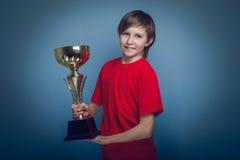 Aspecto europeo del adolescente del muchacho en una camisa roja Foto de archivo