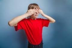 Aspecto europeo del adolescente del muchacho en una camisa roja Imagen de archivo