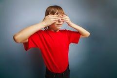Aspecto europeo del adolescente del muchacho en una camisa roja Imagenes de archivo