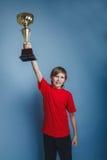 Aspecto europeo del adolescente del muchacho en una camisa roja Foto de archivo libre de regalías