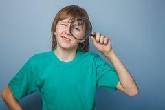 Aspecto europeo del adolescente del muchacho en una camisa verde Fotos de archivo