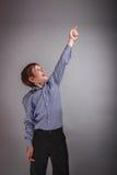 Aspecto europeo del adolescente del muchacho que muestra el pulgar para arriba Fotos de archivo libres de regalías